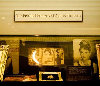 永遠の妖精、オードリー・ヘプバーンが愛用したブローチ公開中